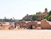 """شاهد.. أعمال الحفائر واستخراج صف من """"الكباش"""" قرب مدخل معابد الكرنك"""