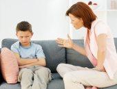 بهدوء ومن غير عصبية.. إزاى تتعاملى مع ابنك لو بيزوغ من المدرسة