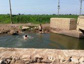 صور.. الترع مصيف الأطفال للهرب من حر الصيف بالغربية