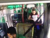 شاهد.. فتاة تستغل الموقف لسرقة سائق أتوبيس فى كولومبيا