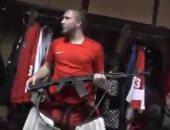 """شاهد.. لاعب هوكى يحصل على بندقية كلاشينكوف بعد حصوله على """"رجل المباراة"""""""