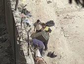 سكان حى بولاق الدكرور يشتكون من إلقاء القمامة بشارع ترعة عبد العال