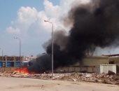 حرق مخلفات المنطقة الصناعية بدمياط الجديدة.. والأهالى تحذر من خطورة الأدخنة
