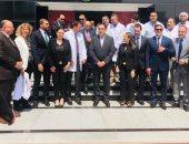 رئيس الوزراء يتفقد مصنع مياه غازية بالمنطقة الحرة ويلتقط صورة تذكارية مع العمال