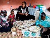 صور.. الطب البديل يكتسح فى تنزانيا بعيدا عن الأدوية التقليدية.. الأعشاب والنصوص المقدسة الأكثر طلبا مقارنة بالأدوية لعلاج الحوامل والأطفال.. ونقص تمويل المستشفيات يثير مخاوف المواطنين من الطب التقليدى