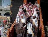 بماء زمزم الممزوج بالورد أمير مكة يغسل الكعبة المشرفة
