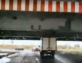 """نهاية اللعنة.. بعد سلسلة الحوادث شاحنة تمر أسفل """"جسر الغباء"""" بدون صدام"""