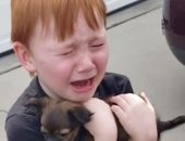 عيط من الفرحة.. رد فعل عاطفى من طفل صغير بعد هدية مفاجئة من عائلته