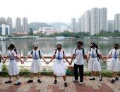 متظاهرو هونج كونج يواصلون احتجاجاتهم ويشكلون سلسلة بشرية عبر نهر شينج مون