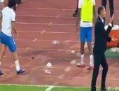 فيديو.. عبد الله جمعة ينفجر غاضباً بإلقاء زجاجة بعد خسارة الزمالك للسوبر