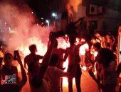 صور.. جماهير الأهلى تحتفل بالفوز بالشماريخ فى شوارع الإسكندرية