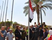 صور.. رئيس جامعة حلوان يرفع علم مصر احتفالا ببدء الدراسة