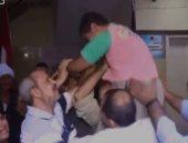 فيديو.. لحظة إعادة الشرطة لطفل مختطف بسوهاج.. دموع الأب وزغاريد الأم