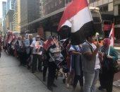 فيديو.. المصريون يحتشدون أمام مقر إقامة الرئيس السيسي بنيويورك لتأييده