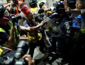 صور.. صدامات عنيفة بين الشرطة والمتظاهرين فى هونج كونج