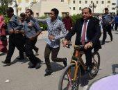 رئيس جامعة بني سويف يقود دراجة فى احتفال بداية العام الدراسى