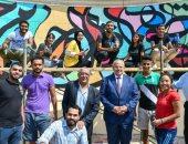 رئيس جامعة القاهرة يشارك طلاب التربية النوعية أعمال تجميل أسوار الجامعة.. صور
