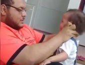 فى أول ظهور له.. معذب طفلته: أنا أسف كنت أعلمها المشى.. فيديو