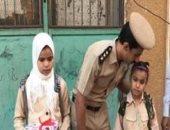 """لحظة بلحظة.. رجال الشرطة يرافقون أبناء الشهداء بالمدرسة """"فيديو"""""""