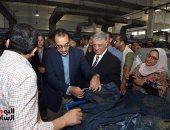 """صور..رئيس الوزراء من مصنع إنتاج """"جينز"""" ببنى سويف: """"اللى شفته النهاردة حاجة تفرح"""""""