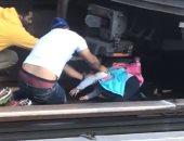فيديو وصور.. نجاة طفلة بأعجوبة قفز بها والدها تحت عجلات القطار بأمريكا