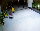 شاهد.. شبح هندى يهرب من المستشفى على مقعد متحرك!