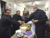 مطران الجيزة: الكهنة يقدمون مثالًا للتضحية والمحبة لأجل الكنيسة