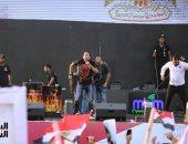 شحتة كاريكا يقدم أغنية مصر بلدنا هنحميها ومعاك ياريس هنبنيها باحتفالية حب مصر بالمنصة