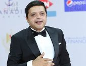 أحمد السقا يسلم محمد هنيدى تكريمه فى حفل ختام مهرجان الجونة السينمائى