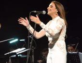 أنغام تنعى شهداء كمين سيناء على المسرح فى حفلها بالتجمع الخامس