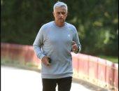 الإيد البطالة.. مورينيو يؤدى تدريبات بدنية فى حدائق لندن.. صور