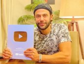 """محمد إمام بعد حصوله على الدرع الذهبى من """"يوتيوب"""": """"أغنى بقى ولا إيه"""""""