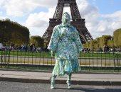 كاردى بى تثير ذهول السائحين فى باريس.. فيديو وصور