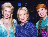 هيلارى كلينتون تشاهد مسرحية Frozen فى برودواى وتلتقط الصور مع الأبطال