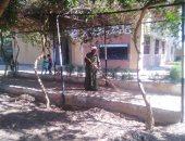 """صور.. رئيس مدينة إسنا بالأقصر يدشن مبادرة """"مدرسة نظيفة"""" لتجميل وتنظيف المدارس"""