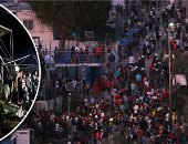 """""""قلوب محترقة"""" لافتات يحملها لاجئوا مخيم موريا باليونان.. طاقته الاستيعابية 3000 ويعيش به 13000.. حريق يودى بحياة مهاجرة وطفلها.. اشتباكات عنيفة فى أسوء مخيم بأوروبا.. ومفوضية الأمم المتحدة: الوضع مأساوى جدا"""