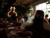 صور.. إقبال على أول مقهى رسمى لتدخين الحشيش فى كاليفورنيا..ولا مكان لقدم