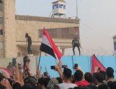 متظاهرون عراقيون يحاولون اقتحام مبنى مجلس محافظة الديوانية بالعراق