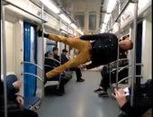 عروض بهلوانية فى مترو أنفاق موسكو .. شاب يستعرض مهاراته بطريقة غريبة