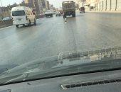 قارئ يرصد سيارة تابعة لشركة نظافة تسير بلا غطاء وتنشر القمامة على الدائرى