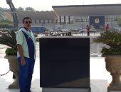 قارئ يشارك بصورته أمام قبر السادات فى إطار احتفالات أكتوبر