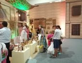 صور.. توافد سياح على معرض تراثنا لشراء الحرف اليدوية والتراثية