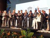 محافظ أسوان يتسلم جائزة أفضل مدن التعلم فى العالم بكولومبيا.. صور