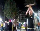 رقصة تنورة بالبيتزا تبهر زوار شارع 306 فى الدقى.. فيديو