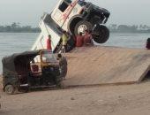 صور ... سقوط سيارة نقل من أعلى معدية نهر النيل فى بنى سويف