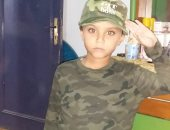 انتصارات أكتوبر..طفل يشارك فى احتفالات النصر بالتحية العسكرية والملابس المموهة