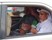 صور.. معلقو سباق الهجن فى مهمة صعبة.. ينقلون تفاصيل السباقات من داخل سيارات