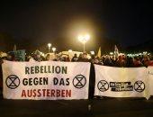 صور.. نشطاء مكافحة تغير المناخ يعلنون العصيان المدنى فى شوارع برلين