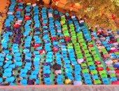 صور.. طلاب مدرسة يؤدون صلاة الظهر فى جماعة بأرض الطابور بالغربية