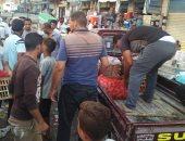 صور.. حملة لإزالة إشغالات أسواق الخضار من شوارع وميادين مرسى مطروح